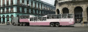 Ein Touristenbus in Havanna.