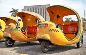 Coco Taxis ein sehr beliebte Art sich die ganze Stadt Havanna anzuschauen.