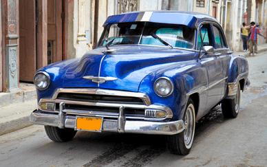 Auf dem Bild sehen Sie einen schönen Oldtimer auf den Straßen von Havanna.